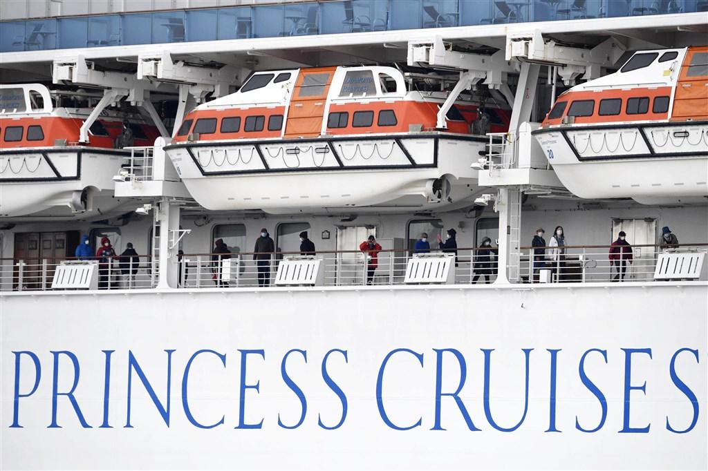鑽石公主號因爆發乘客感染武漢肺炎,乘客受困船上不得下船,外交部14日表示,已向日方表明希望把國人接回,日方研議中。圖為鑽石公主號旅客在船上活動。(共同社提供)