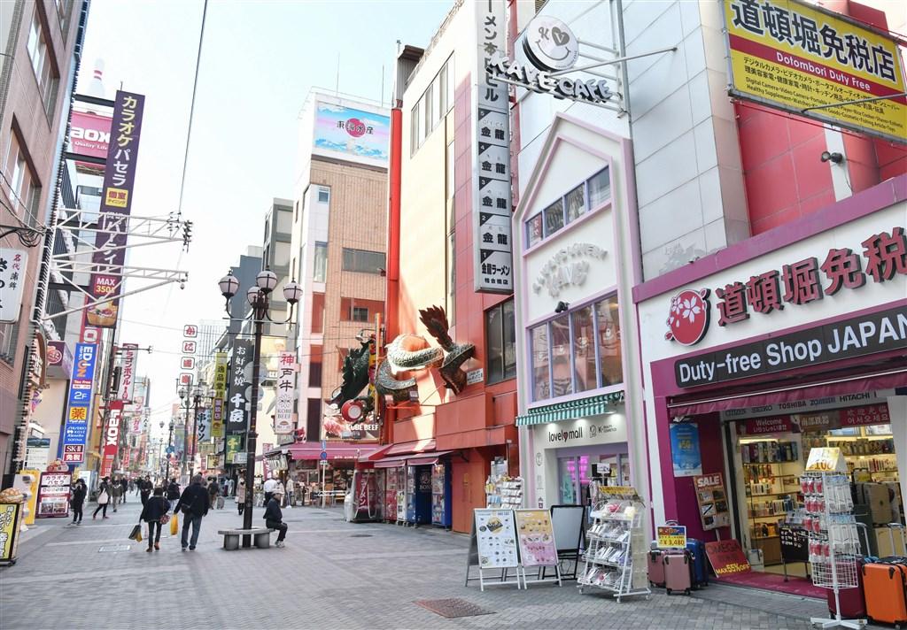日本厚生勞動省13日公布4例境內感染武漢肺炎病例,包括一名死亡案例。圖為大阪道頓堀商圈13日受疫情影響,人潮較平時稀少。(共同社提供)