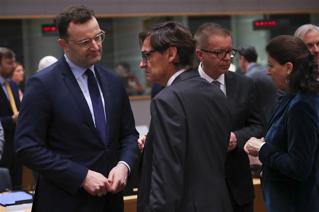 歐洲聯盟13日召開武漢肺炎疫情緊急會議,德國衛生部長史巴恩(前左)、法國衛生部長布辛(後右)等27個成員國衛生部長齊聚。(美聯社)