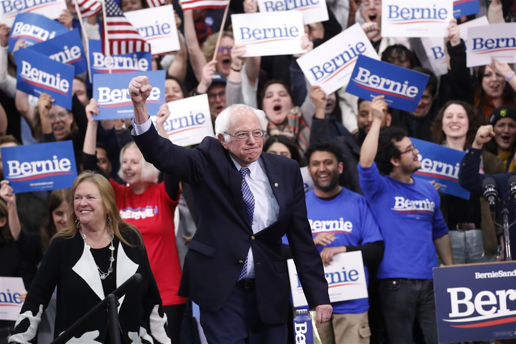 根據美國民主黨黨團內華達州初選約10%開票結果,佛蒙特州聯邦參議員桑德斯(前)大幅領先其他參選人。(美聯社)