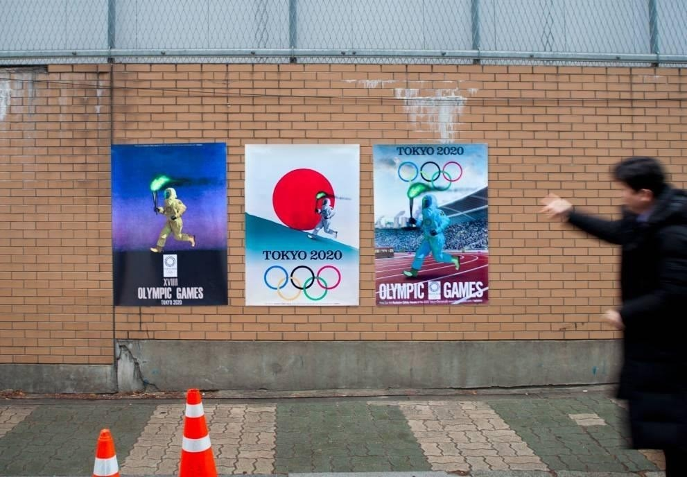 南韓民間團體VANK製作奧運聖火跑者穿防護衣奔跑的海報,嘲諷東京奧運,遭日本政府內閣官房長官菅義偉強烈抗議。(圖取自facebook.com/vankprkorea)