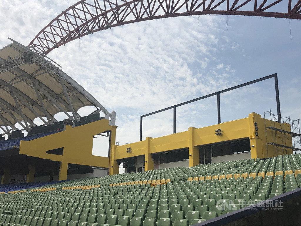 中華職棒中信兄弟14日宣布,由於4月的6搶1東京奧運最終資格賽將於台中洲際棒球場進行,兄弟球團自去年球季結束後即開始整修工程。圖為球場建築外牆上色。(中信兄弟提供)中央社記者楊啟芳傳真 109年2月14日