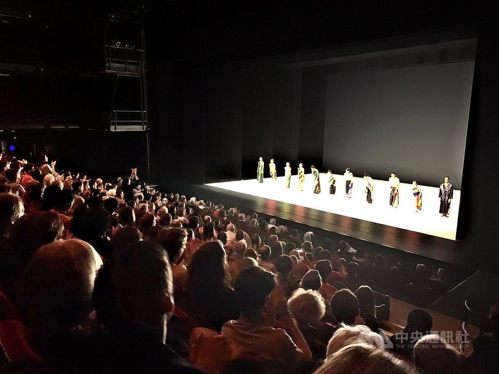 雲門舞集由新任藝術總監鄭宗龍領軍,率舞者於法國時間12日晚間登上法國巴黎的國立夏佑劇院,演出鄭宗龍編創的舞作「十三聲」,獲得觀眾熱烈迴響。(雲門舞集提供)中央社記者洪健倫傳真 108年2月14日
