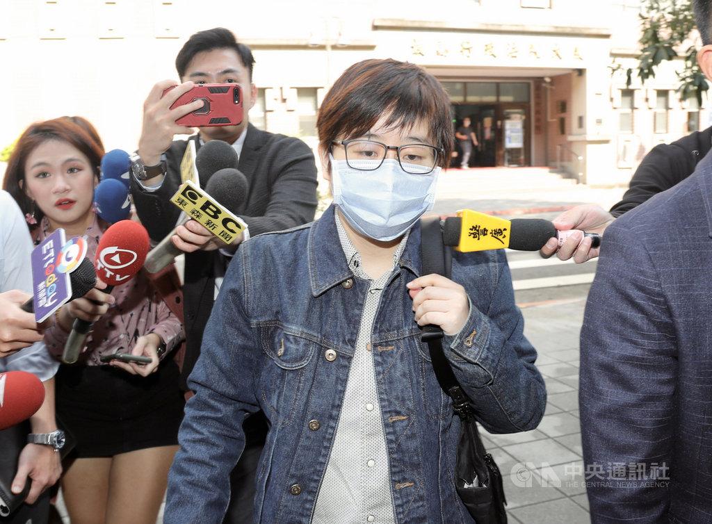 「卡神」楊蕙如被控利用網路PTT論壇侮辱大阪辦事處,被北檢依侮辱公署罪起訴,台北地方法院14日首次開庭,楊蕙如(前)在律師陪同下到庭。中央社記者張皓安攝 109年2月14日