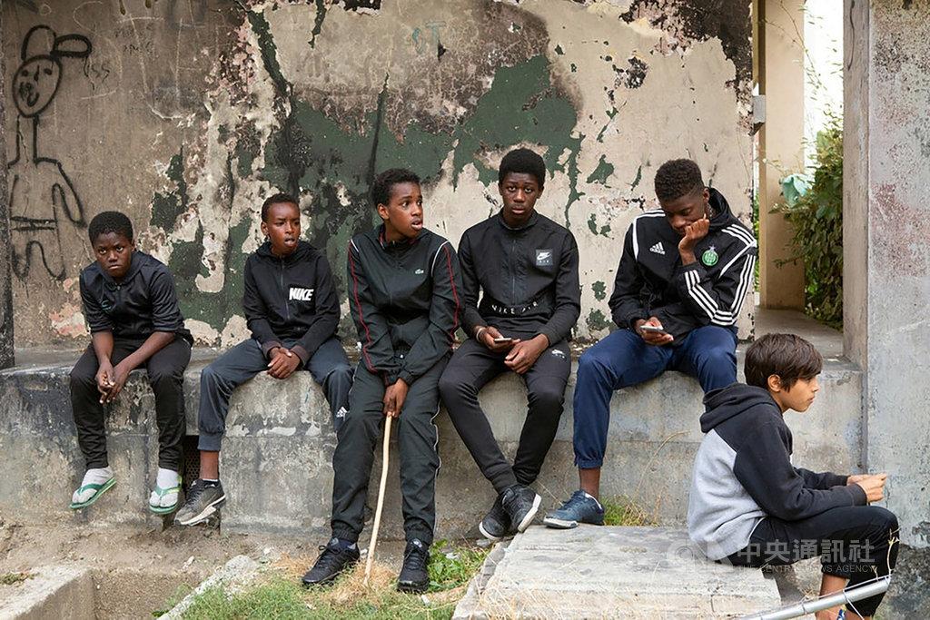 法國電影「悲慘世界」(Les Miserables)在巴黎郊區蒙費梅伊區(Montfermeil)實地取景,揭發惡警執法過當行徑,片中對抗惡警的少年,都是來自當地的少年,展現寫實氛圍。(海鵬影業提供)中央社記者洪健倫傳真 109年2月14日