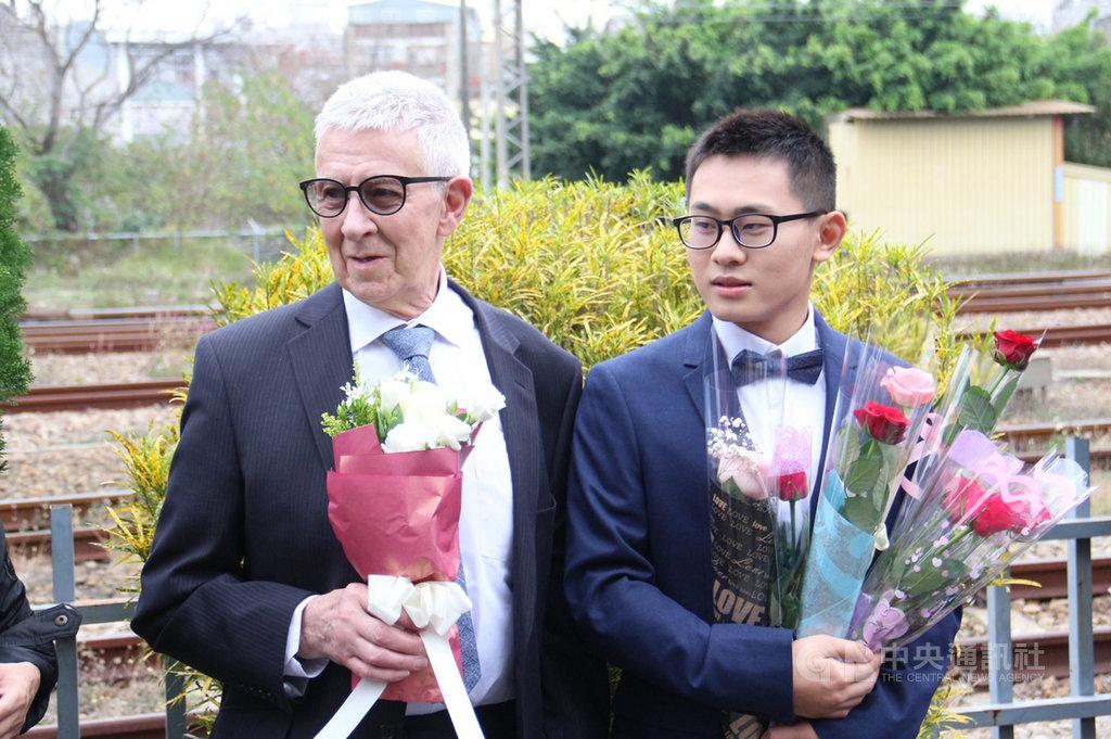 台灣25歲青年趙守泉(右)與76歲英國老爹Andy(左)108年2月在苗栗家鄉舉辦婚禮,事隔約一年,兩人在苗栗市戶政事務所完成登記,成為合法同婚伴侶。圖為108年兩人公開接受眾人獻花祝福。中央社記者管瑞平攝 109年2月14日