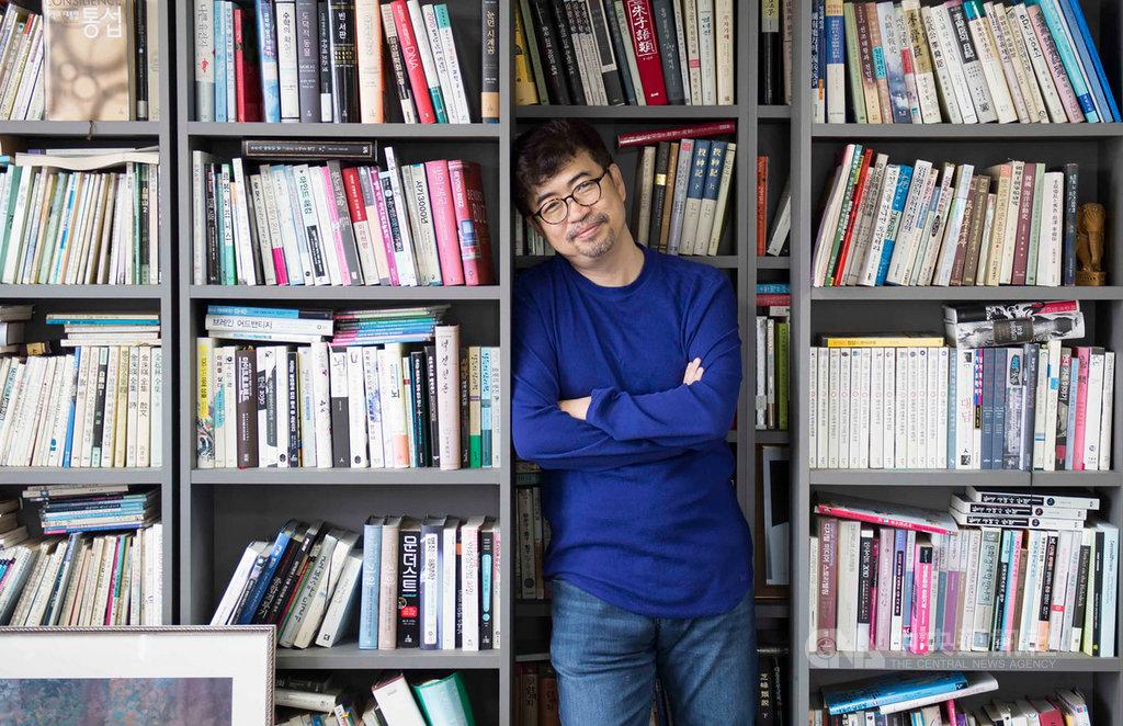 南韓作家金琸桓以MERS風暴為本,撰寫新作「我要活下去:韓國MERS風暴裡的人們」一書,對染病者受到排擠,他表示,傳染病擴散絕不是個人的錯誤,而是系統出現問題;跨國境的合作才是最重要的。(時報文化提供)中央社記者陳政偉傳真 109年2月14日