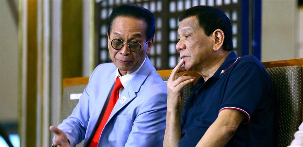 菲律賓總統府發言人帕內洛(左)14日發表聲明說,菲國跨部門工作小組已決定解除對台灣的旅行禁令,立即生效。圖右為菲國總統杜特蒂。(圖取自facebook.com/PresSpokespersonPH)