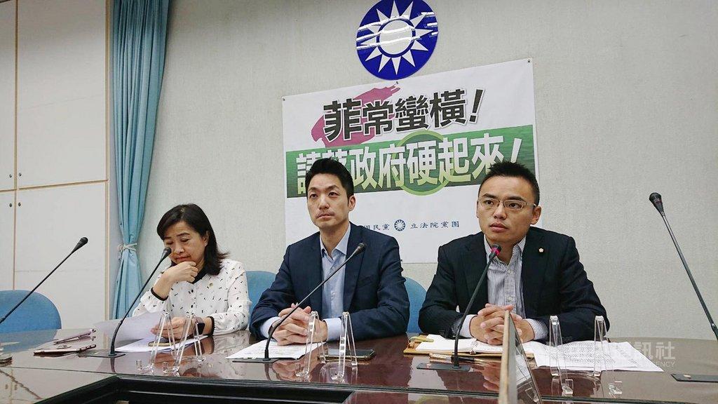 針對菲律賓政府拒絕解除對台旅行禁令,國民黨立法院黨團書記長蔣萬安(中)、首席副書記長林奕華(左)、立委洪孟楷(右)14日召開記者會,表達嚴正抗議,也呼籲政府對菲律賓採取更強硬的態度,捍衛中華民國國格與台灣人民的尊嚴。中央社記者王揚宇攝 109年2月14日