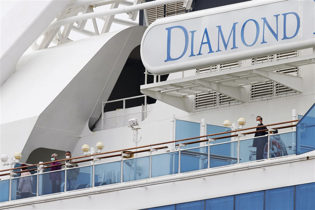 中央流行疫情指揮中心宣布,台灣包機接回日本鑽石公主號上國人的時間最快是21日下午,尚待日方許可確認。圖為鑽石公主號旅客在船上活動。(共同社提供)