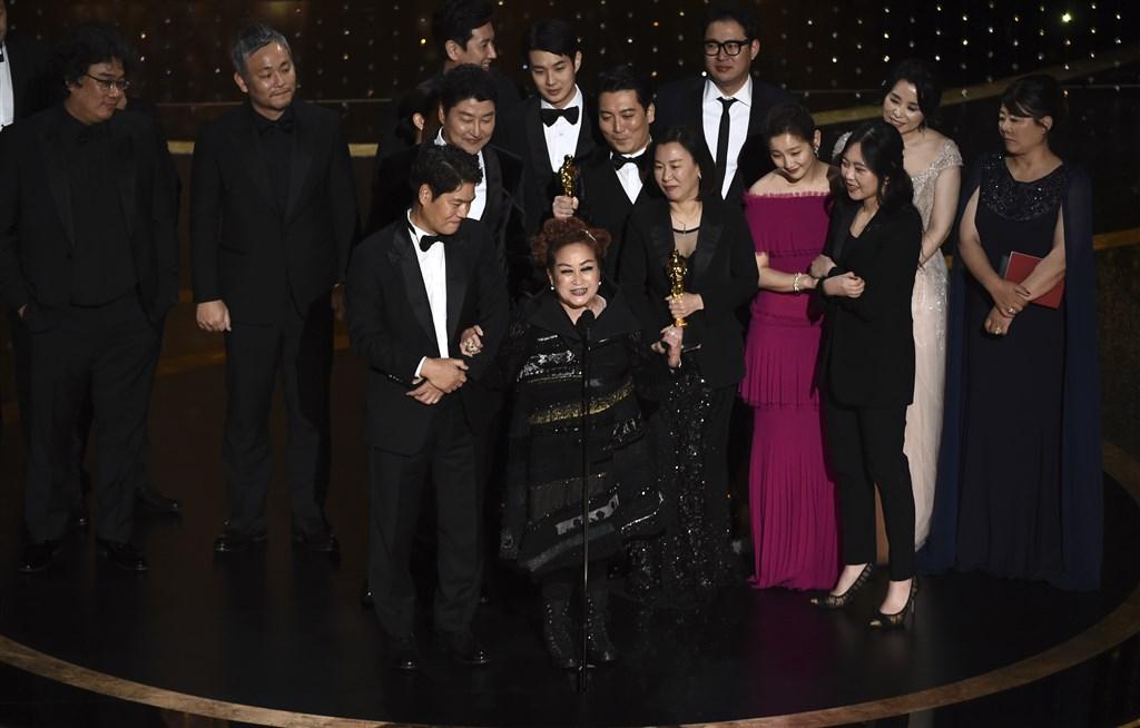 南韓電影「寄生上流」劇組上台受領第92屆奧斯卡最佳影片獎時,本片執行製作人李美敬(前左2)最後致詞。(美聯社)