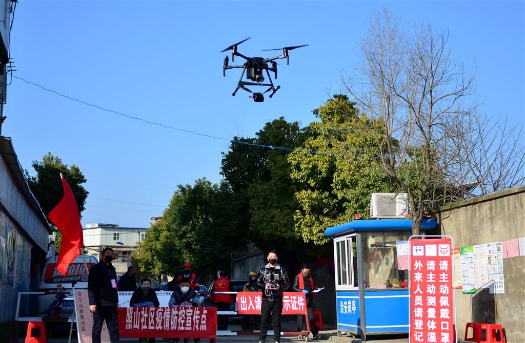 中國使用無人機進行武漢肺炎疫情管控。圖為安徽省合肥市一個社區用無人機的喇叭向居民宣傳疫情防控知識。(中新社提供)