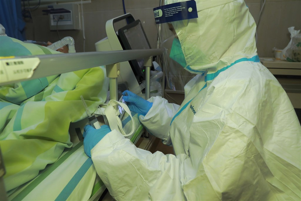 對在武漢感染武漢肺炎的患者來說,從染病到治癒的過程,就像在地獄門前走一回。圖為武漢中南醫院搶救武漢肺炎患者。(中新社提供)