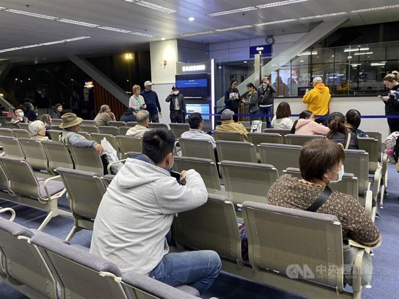 菲律賓可靠消息人士告訴中央社記者,菲律賓政府官員14日經過激烈辯論,決定解除對台灣旅行禁令。圖為11日滯留馬尼拉機場旅客。(民眾提供)中央社記者陳妍君傳真 109年2月11日