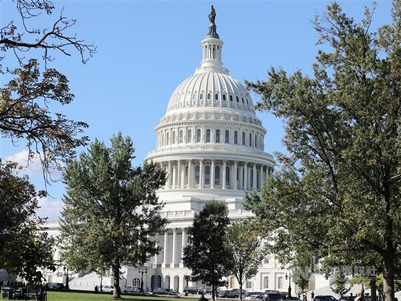 美國聯邦參議院13日表決通過一項決議,以防範川普恣意攻擊伊朗,同時嚴厲指責他的外交政策。圖為美國國會大廈。(中央社檔案照片)
