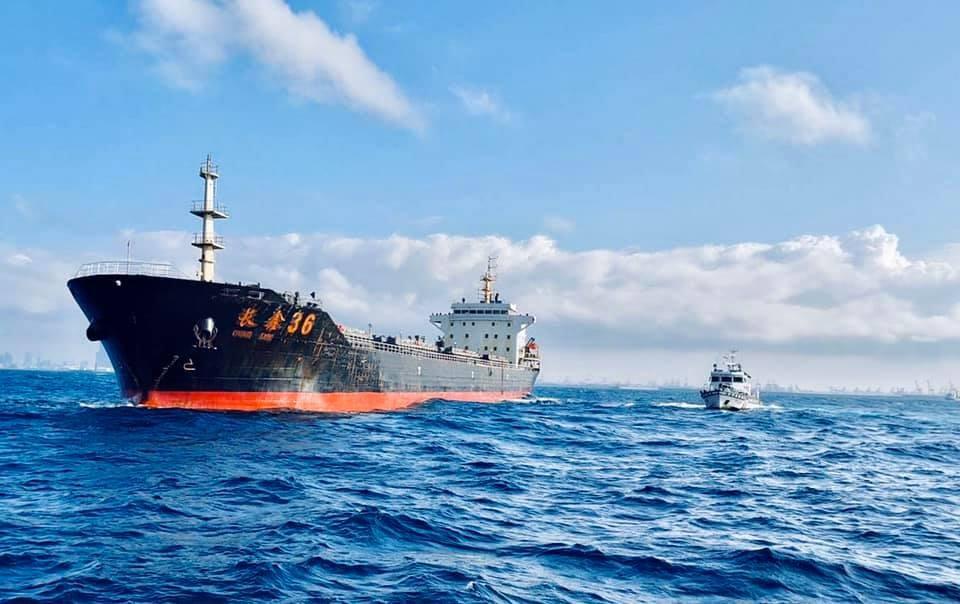 中國「豐溢9969」抽砂船、「長鑫36」運砂船(左)2019年在台灣淺堆盜採砂石被查獲。(圖取自facebook.com/CGA4U)
