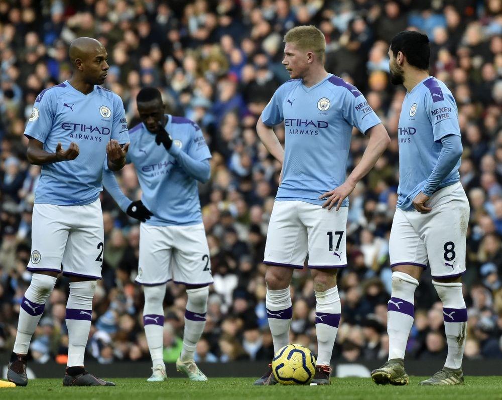 歐洲足球總會14日宣布,英超曼城隊因嚴重違反財政公平競爭,將被禁止參加歐冠(Champions League)、歐霸(Europa League)等賽事兩季。圖為英超曼城隊1月26日的比賽畫面。(美聯社)