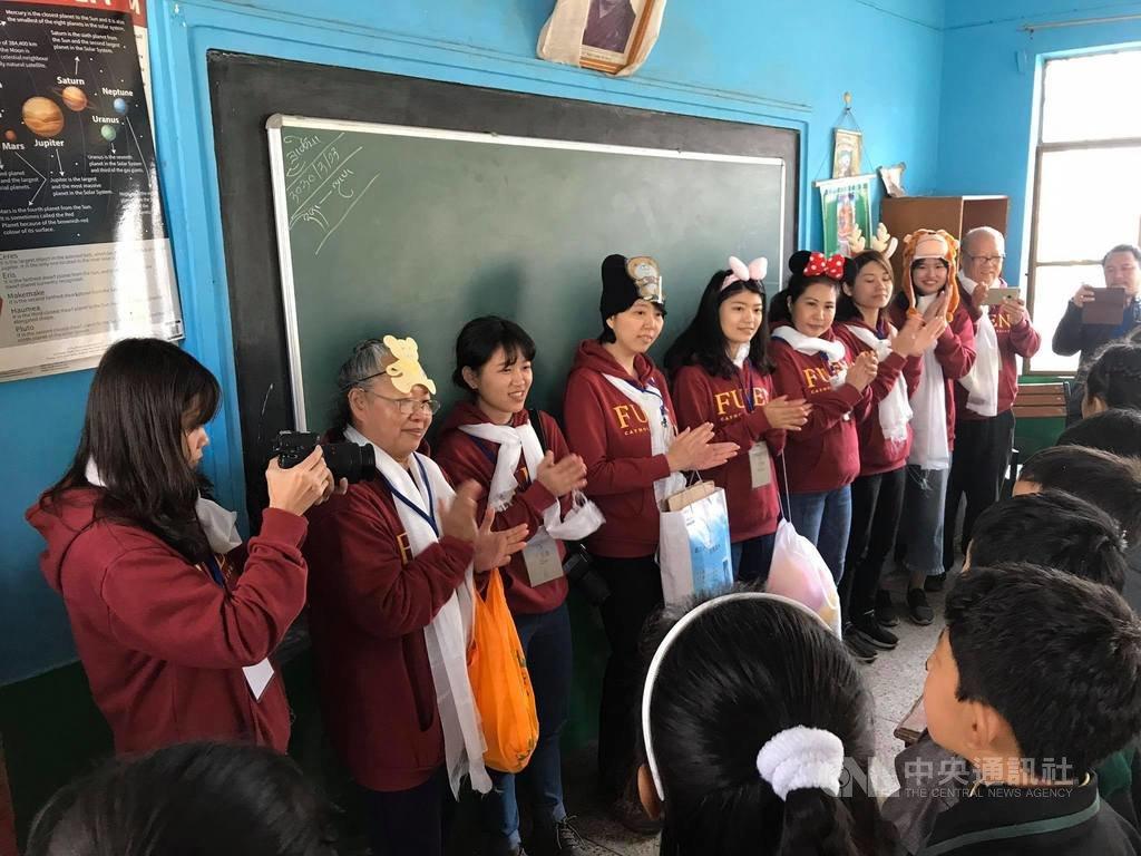 輔大「輔印星空」志工師生12日與德里圖博小學藏族小學生一起同樂,且帶領他們做健康操。(輔大輔印星空海外服務學習團隊提供)中央社記者康世人新德里傳真  109年2月15日