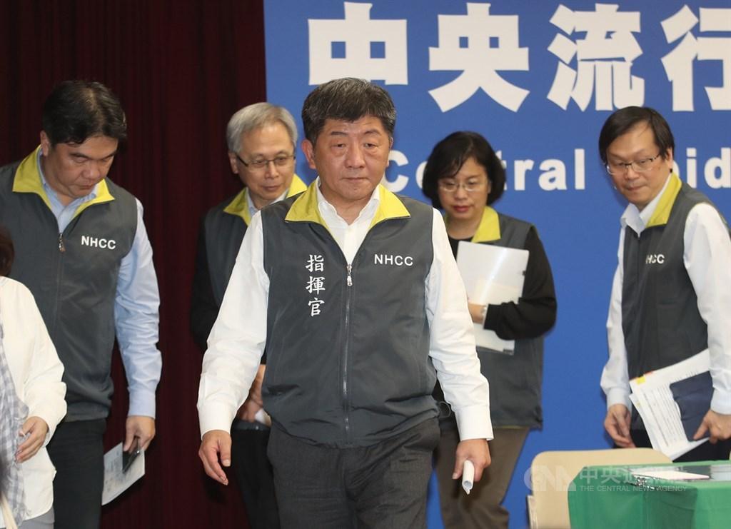 中央流行疫情指揮中心指揮官、衛福部長陳時中(前中)15日在記者會中宣布,台灣第10例武漢肺炎確診個案已於14日出院。中央社記者張新偉攝 109年2月15日