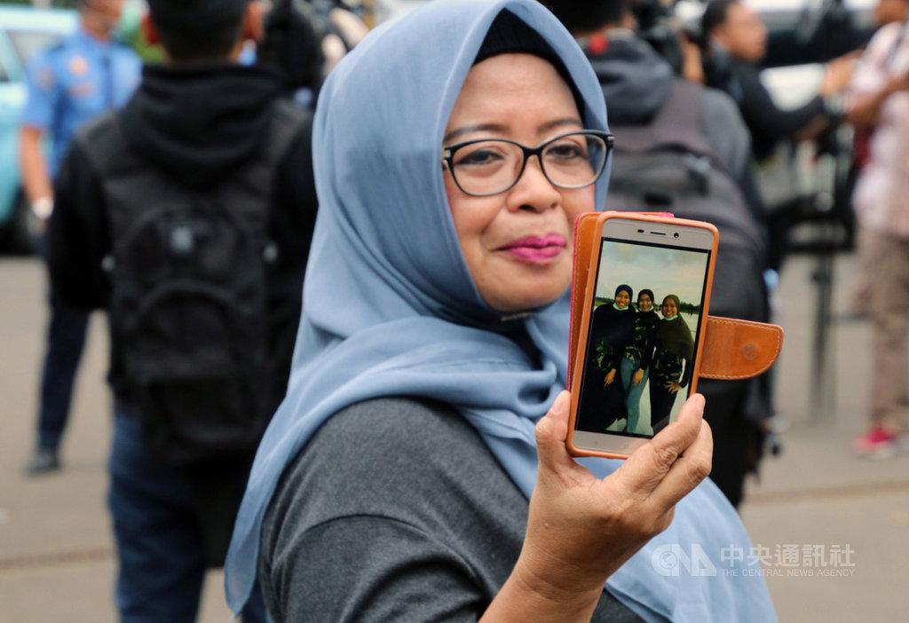 兩週前自武漢搭撤僑專機返國的印尼民眾15日獲准回家,家人在哈里姆柏達那庫蘇馬機場殷切等待。中央社記者石秀娟雅加達攝  109年2月15日