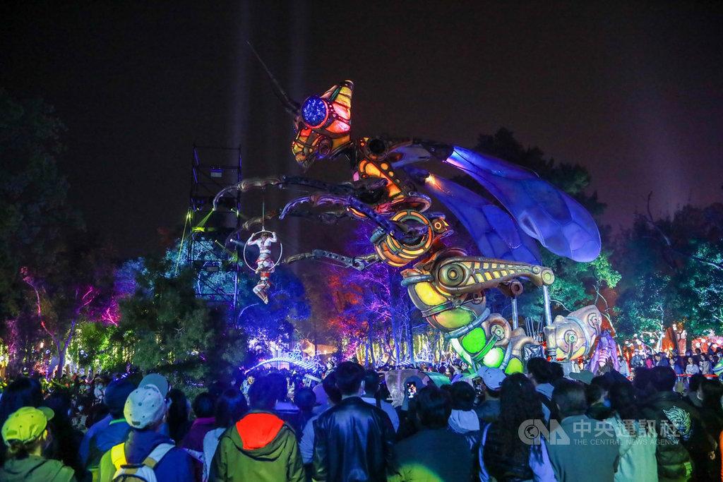 2020台灣燈會在台中,今年特別呈現台、法跨國合作的「森林機械巨蟲秀」,充滿科技感的絢麗演出,成功吸引民眾目光。(台中市政府提供)中央社記者趙麗妍傳真 109年2月15日