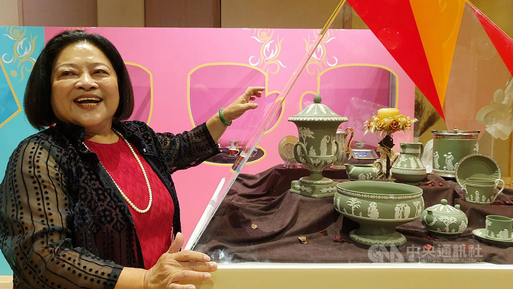 國民黨籍屏東縣議員何春美從政40年,自收藏咖啡杯的生活美學中找到情緒出口,即日起在屏東演武場舉辦的咖啡杯特展中,也展示著她所收藏的咖啡杯。中央社記者郭芷瑄攝 109年2月15日