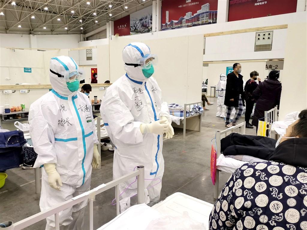 中國湖北省衛生健康委員會官網15日通報,14日新增武漢肺炎確診病例2420例,比13日新增病例數減少50%;死亡病例增加139人,累計死亡1457人。圖為武漢方艙醫院14日院內情況。(中新社提供)
