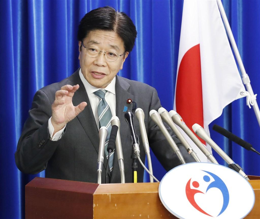 日本名古屋市政府15宣布市內一名60多歲女性確診感染武漢肺炎。據悉她是14日確診感染的60多歲男性患者的妻子。圖為日本厚生勞動大臣加藤勝信15日召開疫情記者會。(共同社提供)
