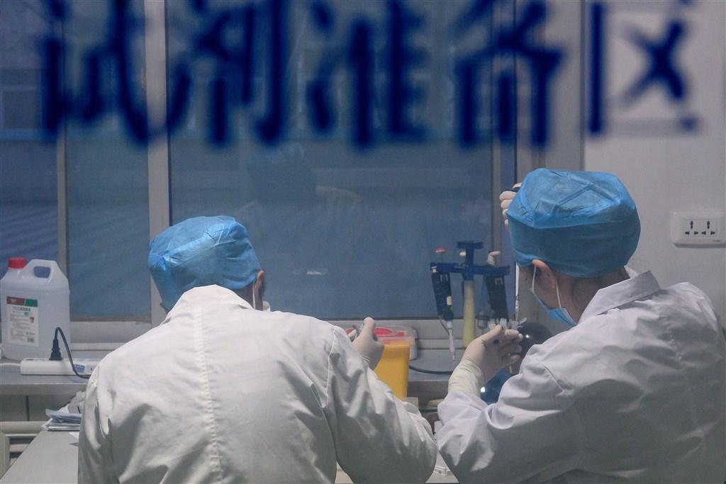 中國廣州醫科大學呼吸疾病國家重點實驗室14日宣布,中國研製武漢肺炎病毒試劑盒,僅需採樣一滴血,15分鐘內可確診。圖為山西省太原市疾病预防控制中心工作人員進行核酸檢測。(中新社提供)