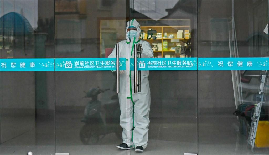 中國國家衛生健康委員會通報,14日武漢肺炎新增死亡病例143人,累計死亡1523人。圖為穿著防護衣的浙江紹興市岑前社區衛生服務站醫護人員。(中新社提供)