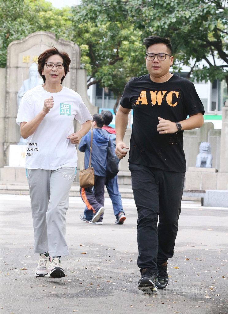 台灣民眾黨立委蔡壁如(左)、邱臣遠(右)15日上午前往二二八公園晨跑,宣傳民眾黨將推動的18歲投票權優先法案。中央社記者郭日曉攝 109年2月15日