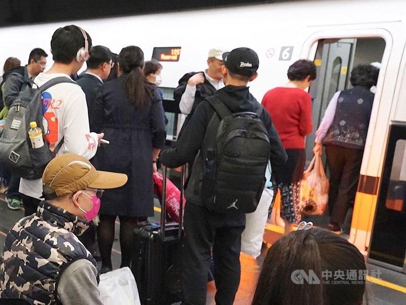 高雄市衛生局14日晚間對一名自上海搭機從松山機場入境,轉搭高鐵到左營的陸配,以違反傳染病防治法開舉發通知書。(示意圖/中央社檔案照片)
