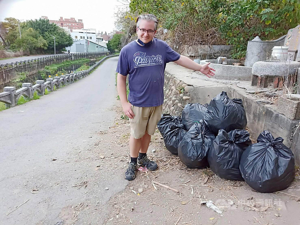 彰化市大埔截水溝常被亂倒垃圾,一名英國籍男子主動幫忙清理,將垃圾用黑色塑膠袋包起來。清潔隊稱讚這名外籍男子是「用行動愛台灣」。(翻攝照片)中央社記者吳哲豪傳真 109年2月16日