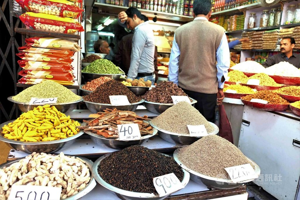 印度人每天吃的印度菜多有薑黃等各種香料,除有助消化,還能抗寒袪寒、增強免疫力,讓印度很少出現大規模流感疫情,也躲過武漢肺炎的肆虐。中央社記者康世人新德里攝 109年2月16日