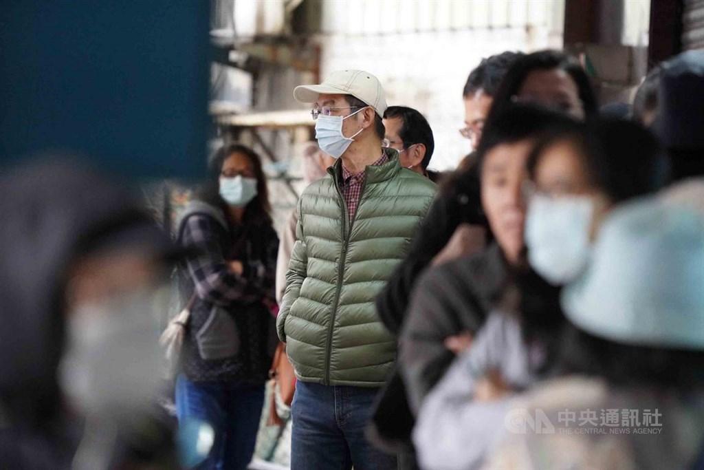 有研究發現,武漢肺炎已出現無症狀傳染。台灣專家對此表示,無症狀傳染力強度仍有待評估。圖為北市民眾在藥局外排隊買口罩。中央社記者徐肇昌攝 109年2月16日