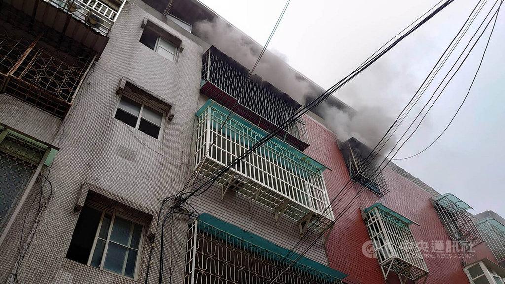 新北市警消16日上午接獲通報,板橋區一處公寓傳出火警,警消獲報迅速到場撲滅火勢,救出一名7旬老翁但仍送醫不治。(翻攝畫面)中央社記者王鴻國傳真 109年2月16日