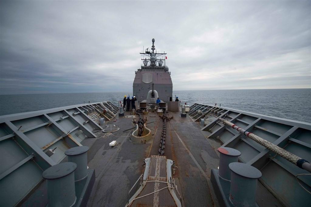 美軍第七艦隊16日(台灣時間)公開飛彈巡洋艦「昌塞勒斯維號」15日由東海航向南海的照片。(圖取自facebook.com/7thfleet)