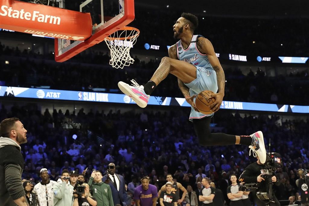 邁阿密熱火前鋒瓊斯(灌籃者)以一分險勝奧蘭多魔術球員高登,拿下美國職籃NBA灌籃大賽冠軍。(美聯社)