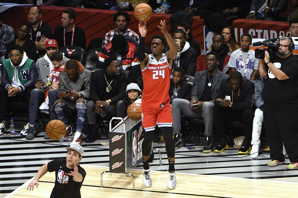 美國職籃NBA15日舉行三分球大賽,沙加緬度國王後衛希爾德(投籃者)抱走勝利。(圖取自twitter.com/NBAAllStar)