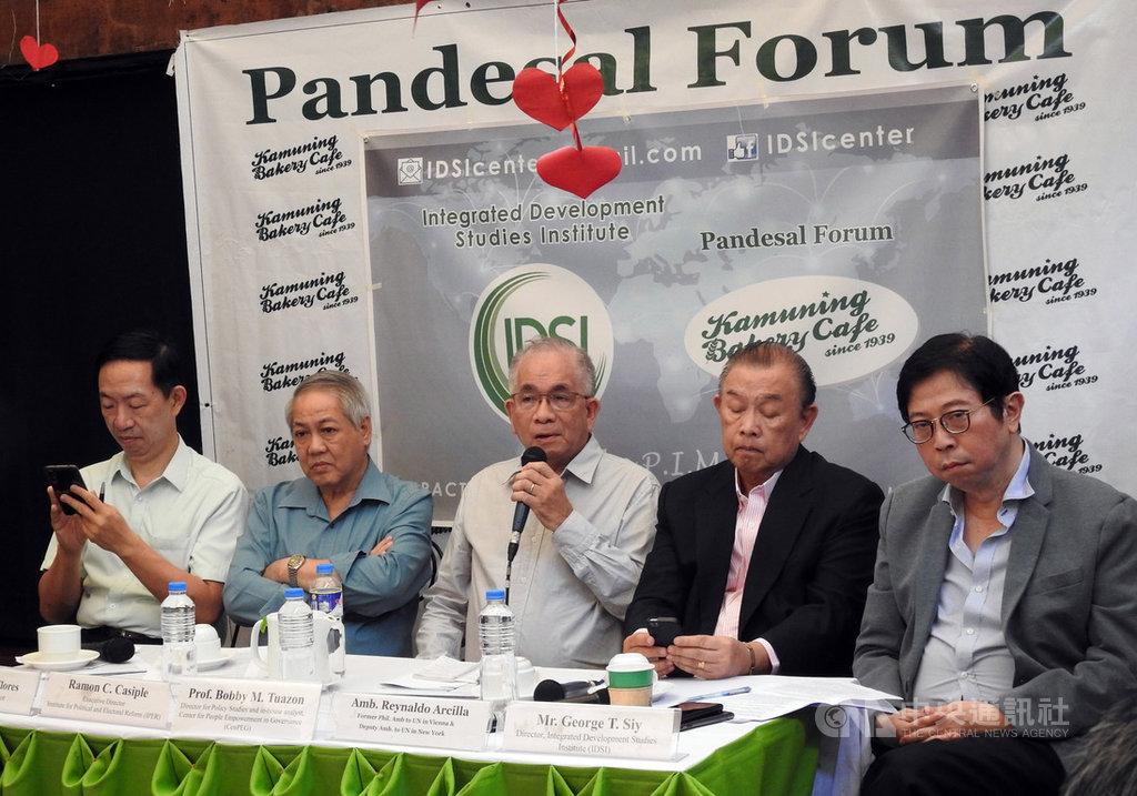 菲律賓政治分析家杜松(中)、前外交官阿西亞(右2)、綜合發展研究所(IDSI)所長李棟樑(右1)17日在媒體人李天榮主辦的「麵包論壇」上主張退出菲美軍隊互訪協定對菲國有利。中央社記者陳妍君馬尼拉攝 109年2月17日