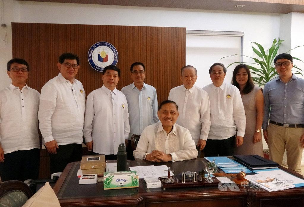 菲律賓眾議院少數黨領袖阿班德(前)日前為台灣發聲,指台灣的武漢肺炎病例數少於新加坡,要求當局解除對台旅行禁令。在菲台商17日前往眾議院拜會阿班德並致謝。中央社記者陳妍君馬尼拉攝 109年2月17日