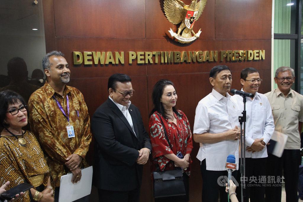 印尼總統府諮詢委員會17日召開專家會議,世界衛生組織駐印尼代表巴拉尼塔蘭(左2)在會後指出,對印尼官員防疫措施及政治意志印象深刻。中央社記者石秀娟雅加達攝  109年2月17日