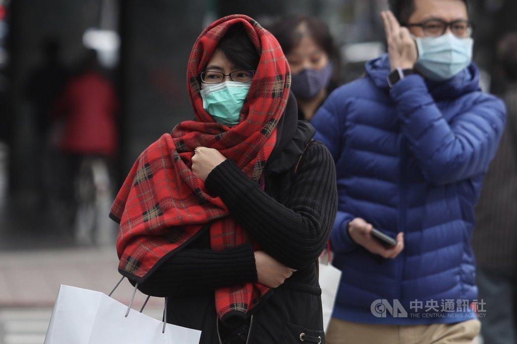 中央氣象局表示,寒流影響,17日清晨台南以北及宜花氣溫只有攝氏9到12度,氣象局持續針對這些地方發布低溫特報,白天北台灣持續寒冷,高溫僅12度左右。中央社記者吳家昇攝 109年2月17日