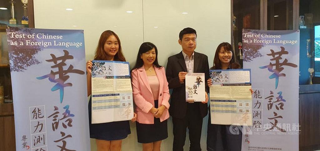 今年到台灣留學的馬來西亞學生人數略有下滑,但駐馬來西亞代表處教育組組長張佳琳(左2)17日說,憑藉良好的高等教育課程與環境,加上產學合作經驗豐富,台灣仍能吸引大馬學生留學。中央社記者郭朝河吉隆坡攝 109年2月17日