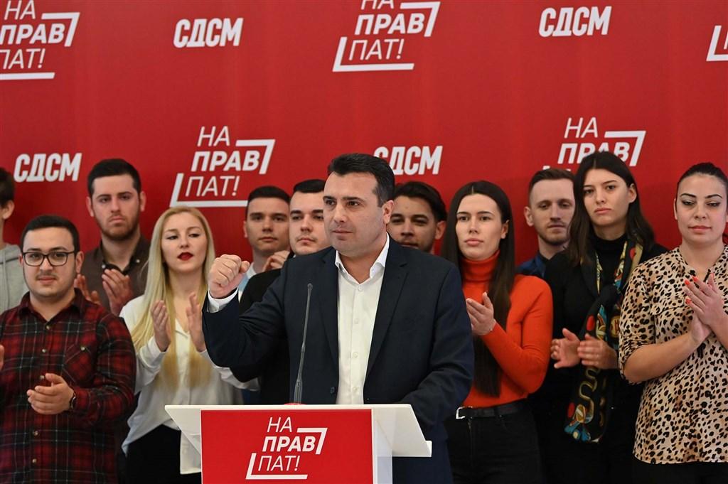 北馬其頓共和國國會16日自行解散。北馬其頓國會擁有120個席次,其中有108名議員支持解散,這對於前總理柴伊夫(前)所屬政黨的親歐盟政策來說是個重大考驗。(圖取自twitter.com/Zoran_Zaev)