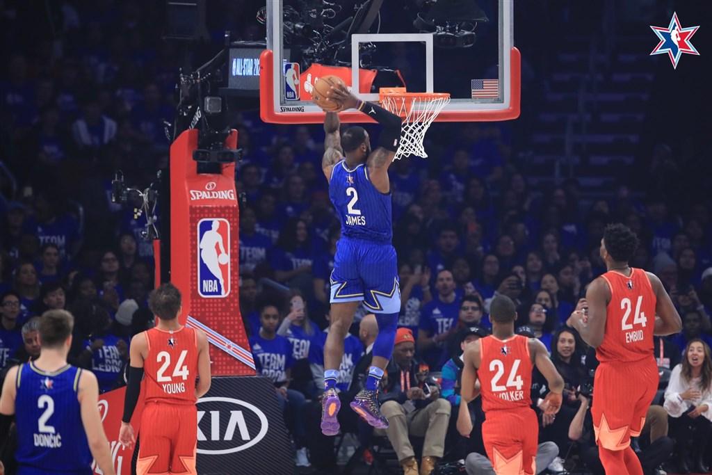 NBA眾家好手向驟逝傳奇球星布萊恩的「曼巴精神」看齊,讓明星賽成為「真槍實彈」的對抗,詹姆斯隊最後以157比155逆轉擊敗安特托昆博隊。前中為詹姆斯。(圖取自twitter.com/Lakers)