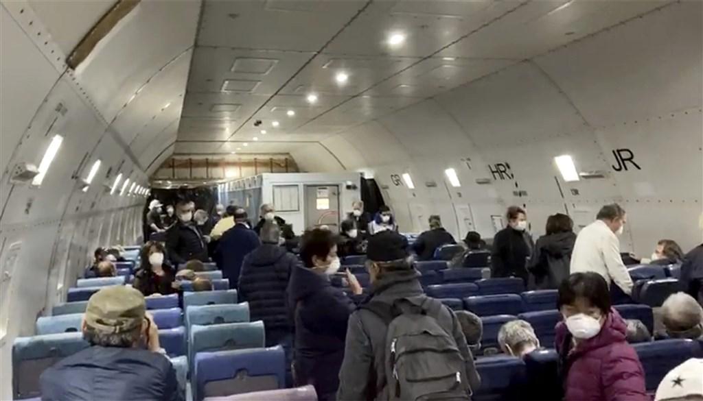 美國政府日前宣布派出兩架包機,接回停泊在日本橫濱港的鑽石公主號船上美國公民。美國國務院17日表示,在撤離的300多名美國公民及家屬中,有14人對武漢肺炎呈陽性反應。圖為其中一架包機內部情形。(美聯社)