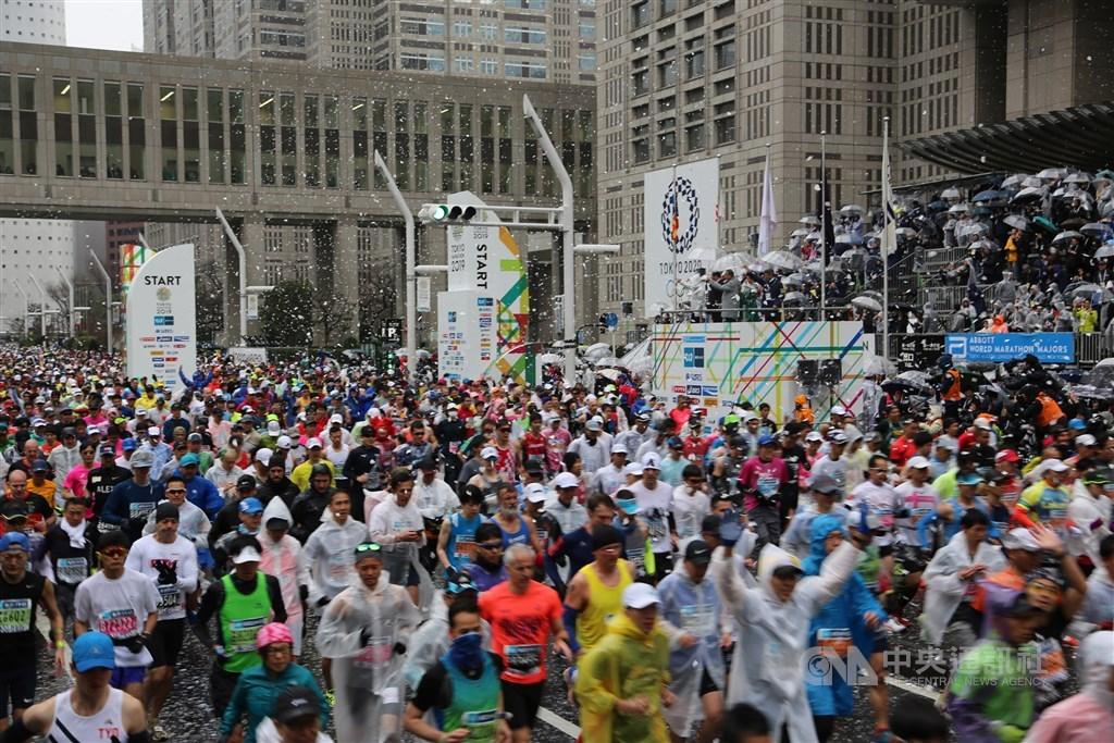 即將於3月1日舉行、一年一度的馬拉松界盛會東京馬拉松,17日傳出主辦單位決定取消一般跑者參賽,僅讓200多人的菁英跑者參賽。圖為2019年東京馬拉松。(中央社檔案照片)