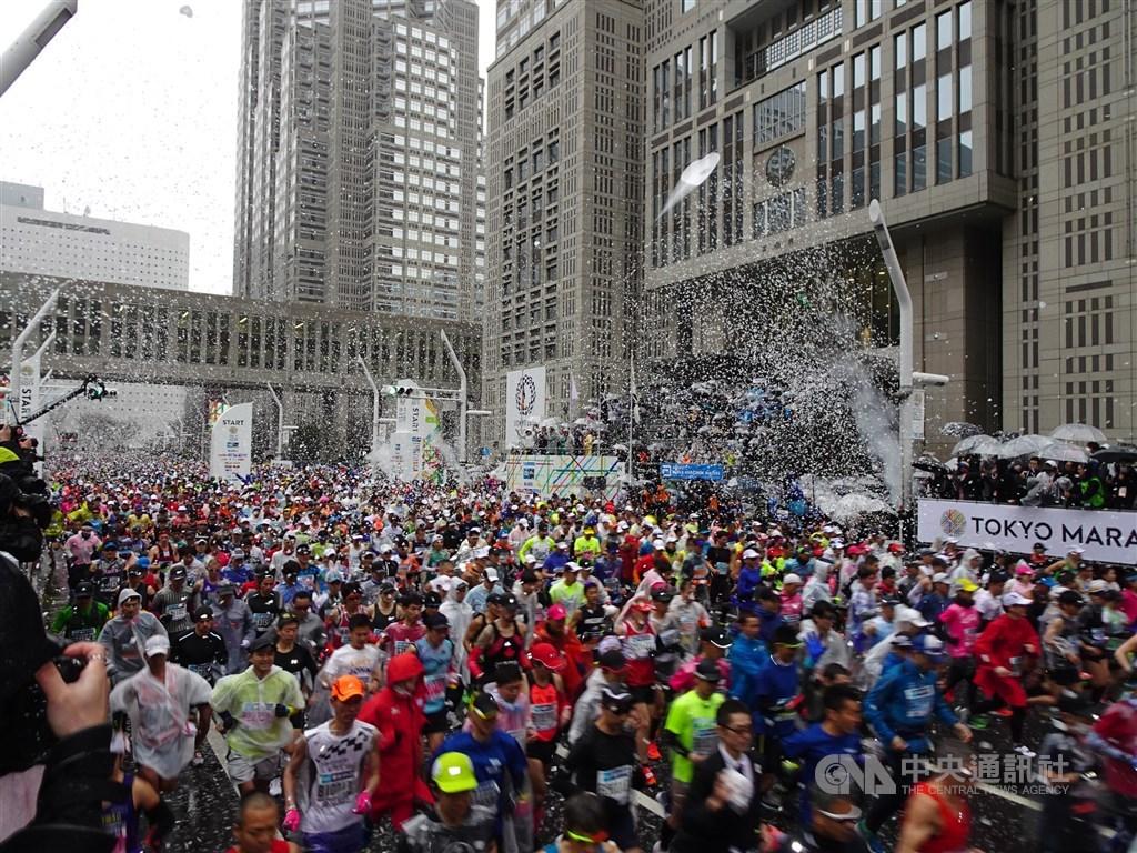 日本境內接連出現多起武漢肺炎病例,目前傳出將於3月1日登場的東京馬拉松,可能受疫情影響被迫大幅縮小賽事規模。圖為2019年東京馬拉松。(中央社檔案照片)