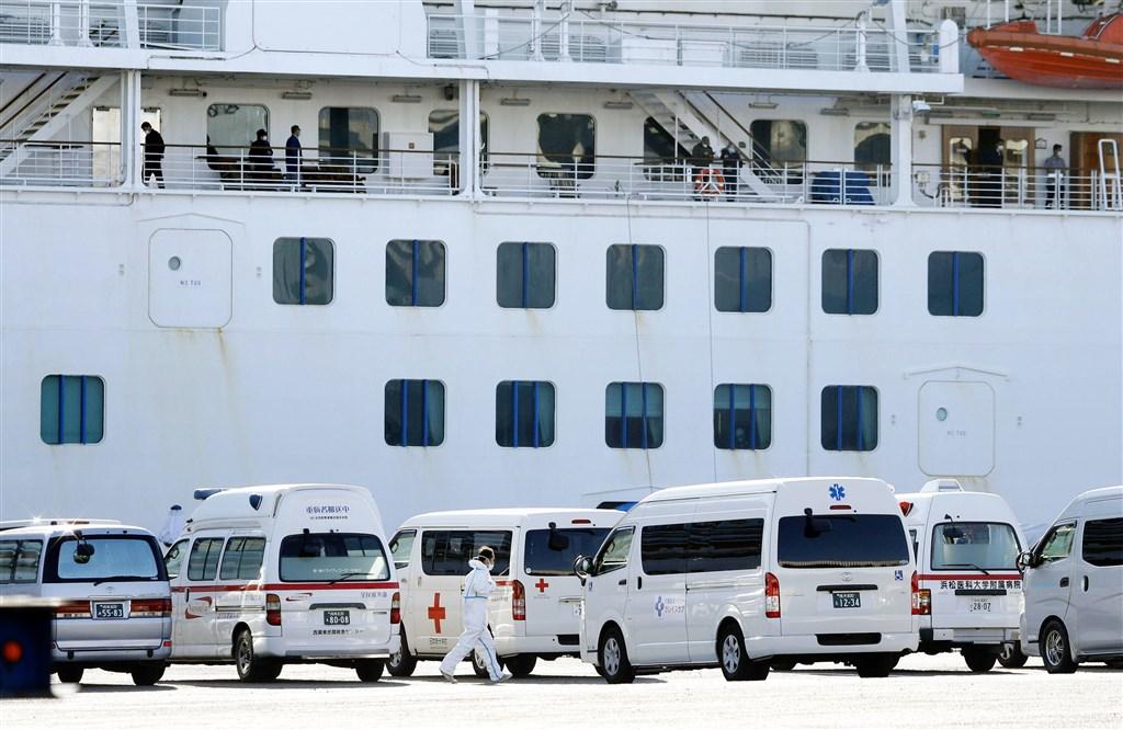 日本政府厚生勞動省一名50多歲男性職員,因曾在鑽石公主號上負責相關業務,確診感染武漢肺炎。(共同社提供)